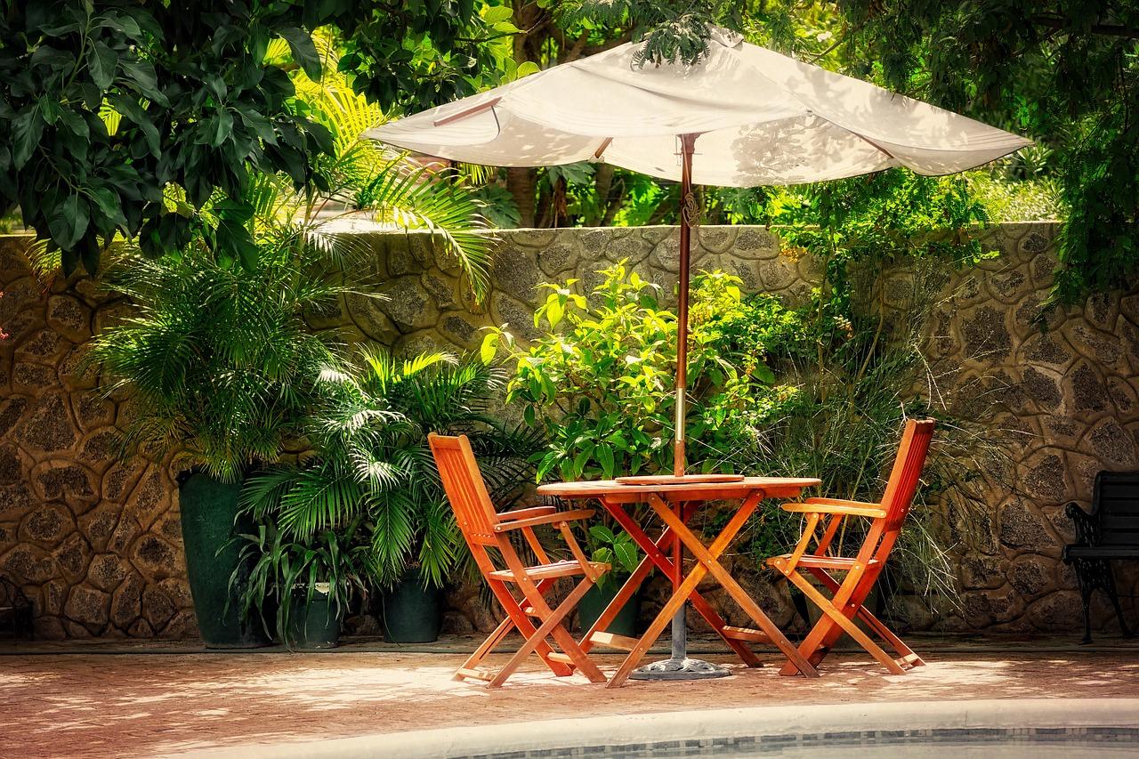 Sonnenschirm, Gartentisch und Gartenstühle