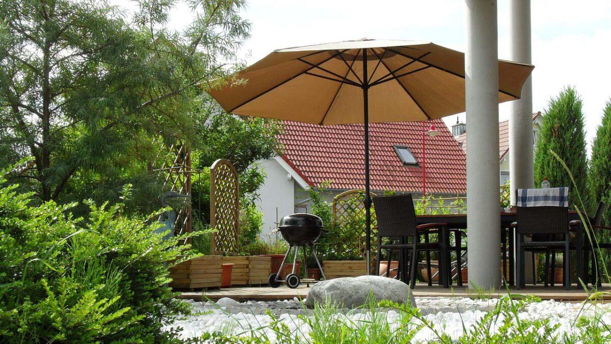 Sonnenschirm am Grillplatz im Garten